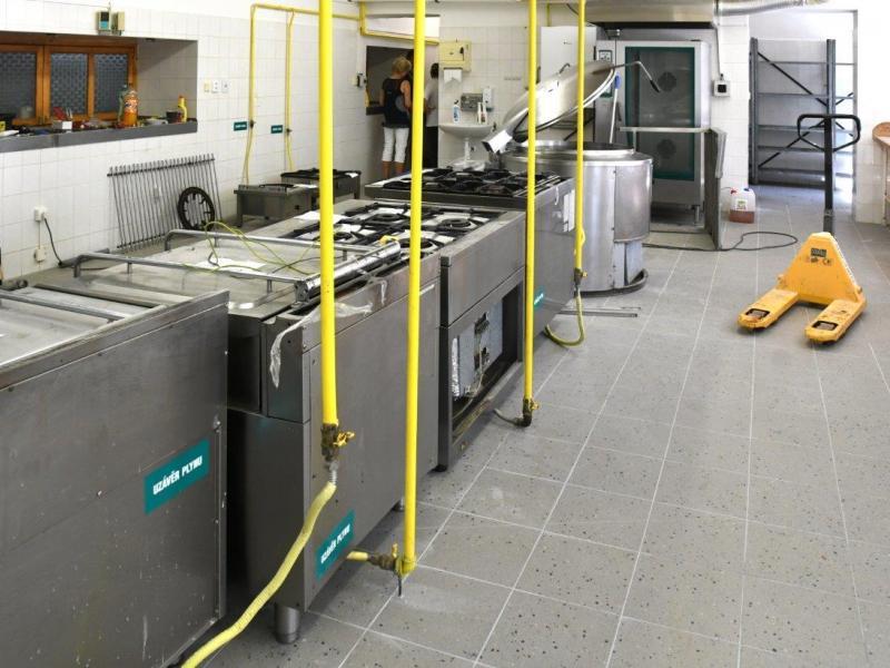 Rekonstrukce zázemí a podlahy školní kuchyně ZŠ Amálská 2511